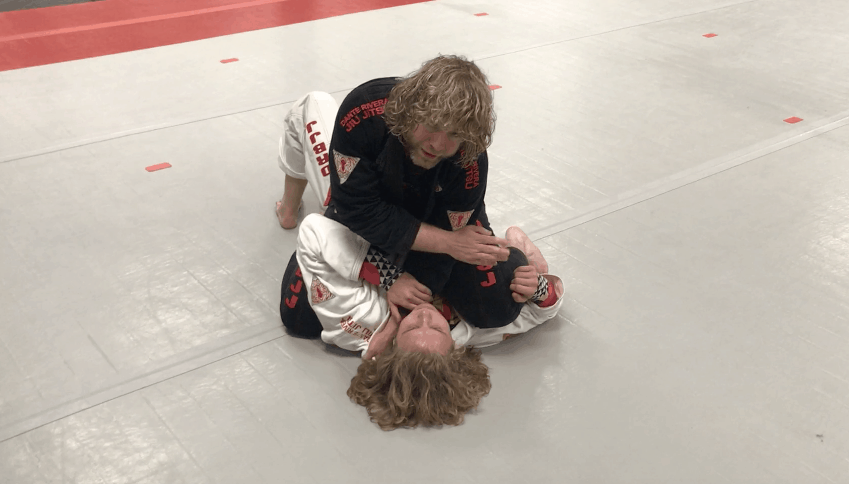 [VIDEO] Top Mount Gi Control Palm Up Grip in Collar, Arm Trap Down Cross Collar Choke